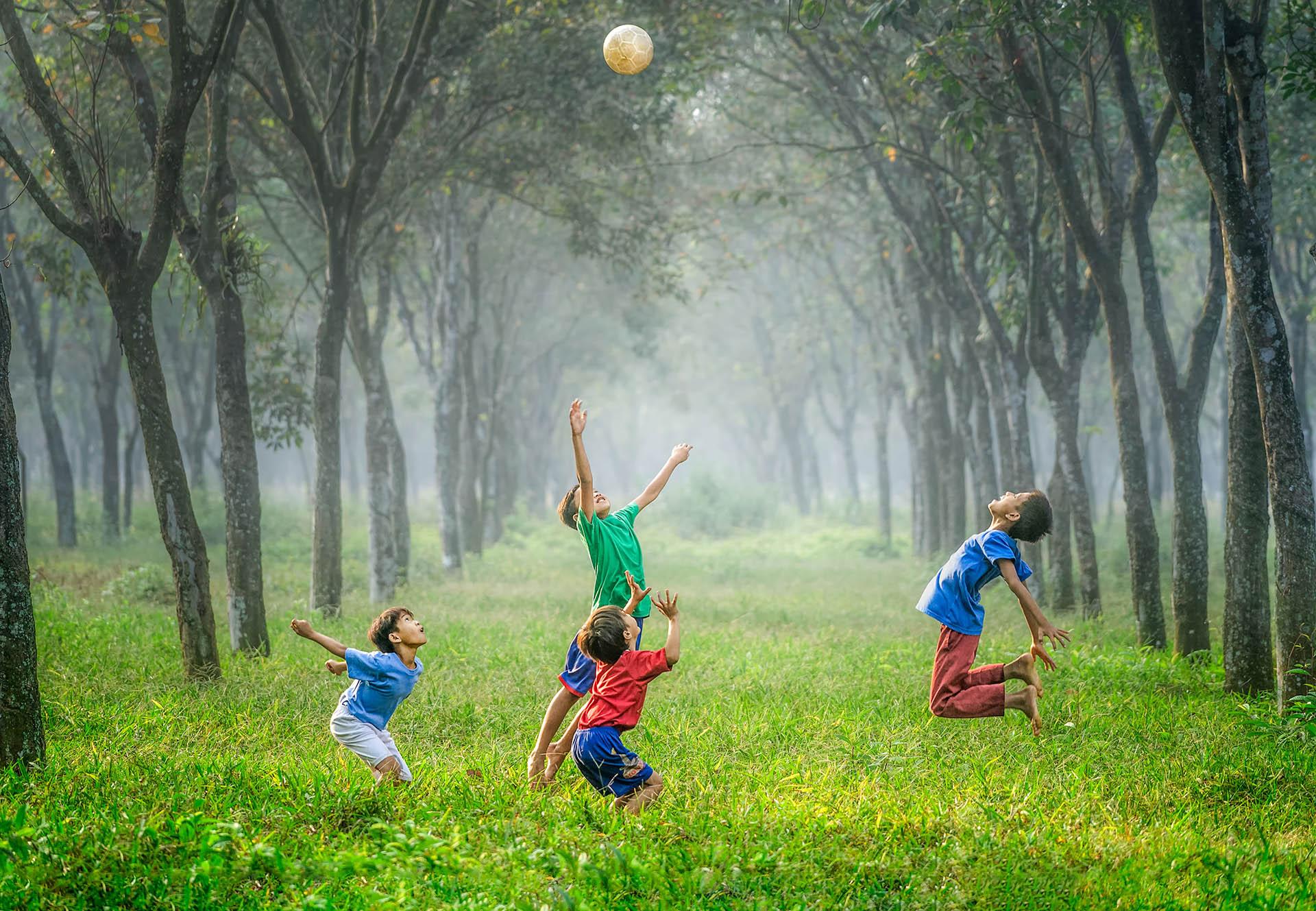 Bambini giocano all'aperto durante il doposcuola del Villoresi